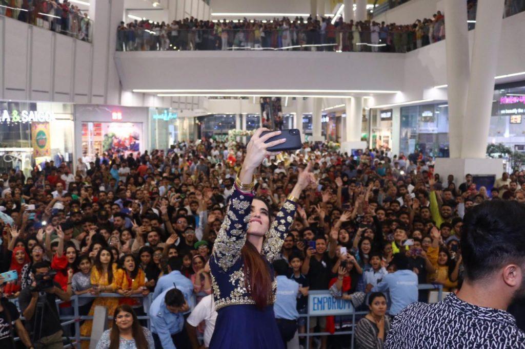 Heer Maan Ja Promotion 41 Hareem Farooq Selfie at Emporium