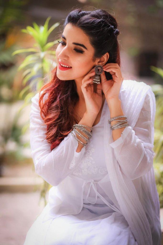Hareem Farooq Wardrobe By Pakistani Designers | wearing Maria B 21 Hareem in white dress