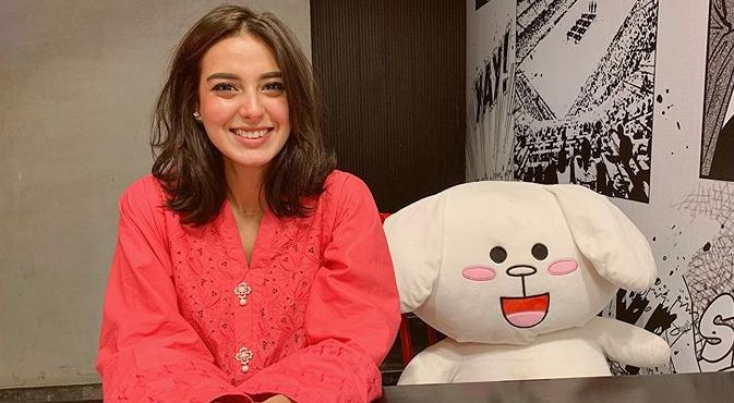 Iqra Aziz pink shirt