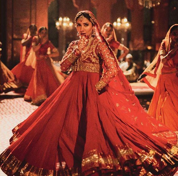 Mahira Khan red dress in morey saiyan