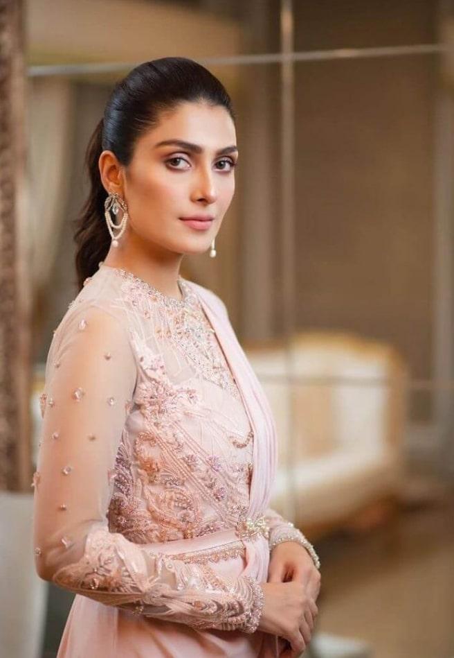2021 Celebrities in Saree Look Classy 7 Ayeza Khan in Saree6 1024x1024 1